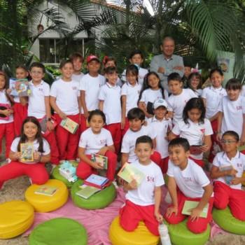 Celson Román, encantó a los estudiantes del 'Sanboni' con sus historias