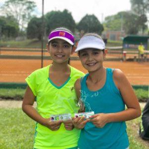Estudiantes del San Bonifacio se coronaron campeonas de torneo de tenis categoría dobles.